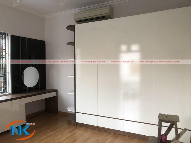 Tủ áo màu trắng sử dụng chất liệu gỗ công nghiệp melamine an cường độ bền cao