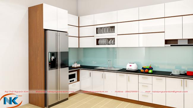Thiết kế tủ bếp gỗ acrylic màu trắng với điểm nhấn cánh tủ bếp mở ngang khá tiện nghi, dễ sử dụng