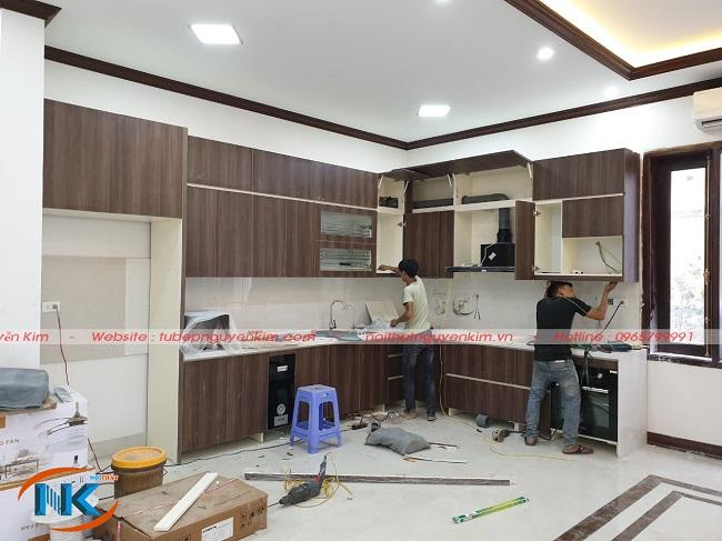 Tủ bếp laminate gia đình anh Thắng, chị Liên đang được thi công