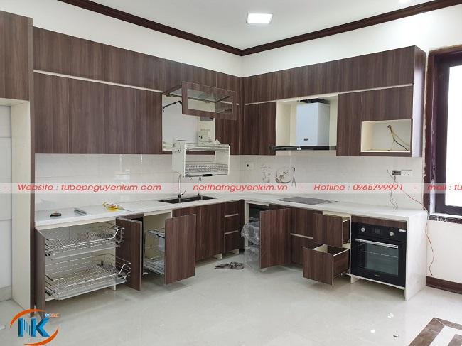 Tủ bếp sử dụng thiết bị nhà bếp thông minh, nhập khẩu như kệ kéo nâng hạ giá bát, máy hút mùi, giá xoong nồi,...tối ưu công năng sử dụng căn bếp