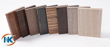 Tấm gỗ MDF sau khi trải qua công đoạn dán acrylic vân gỗ bề mặt đạt tính thẩm mỹ cao
