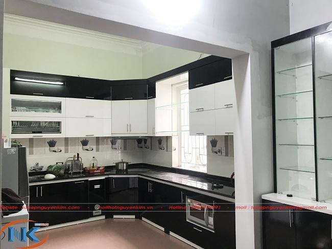 Tủ bếp an cường là sự kết hợp hai màu trắng đen sau khi thi công tại nhà chú Sơn, Thôn Lở, Gia Lâm