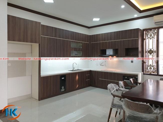 Tủ bếp gỗ laminate an cường vân gỗ sau khi bàn giao cho gia đình anh Thắng, thành phố Bắc Ninh
