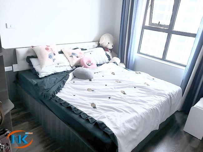 Giường ngủ gỗ công nghiệp MDF vân gỗ táp đầu giường bọc da màu trắng sang trọng