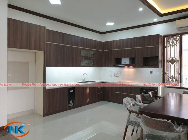 Tủ bếp laminate màu vân gỗ sau khi bàn giao cho gia đình anh Thắng, chị Liên, Bắc Ninh