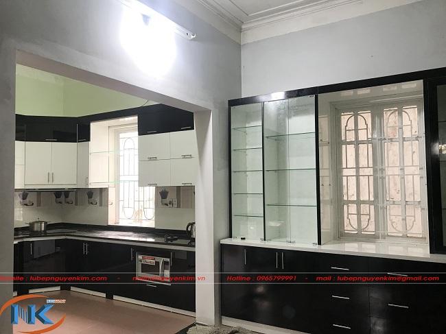 Phần tủ rượu cùng tông màu tạo sự đồng bộ về không gian nội thất phòng bếp