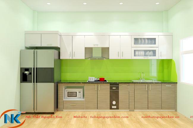 Không gian bếp ấn tượng với sự kết hợp màu vân gỗ cùng mẫu kính ốp bếp và màu trắng tủ bếp trên