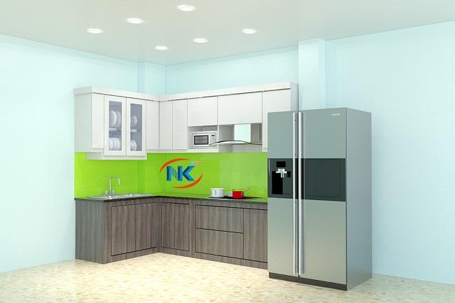 Sự kết hợp giữa màu vân gỗ và màu trắng tạo điểm nhấn, không gây nhàm chán cho bộ tủ bếp