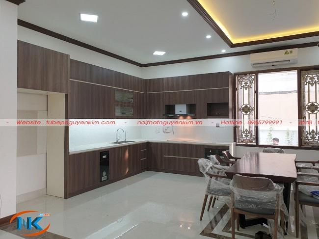 Bộ tủ bếp laminate chữ L rất hài hòa về màu sắc với không gian chung phòng bếp gia đình anhThắng, chị Liên