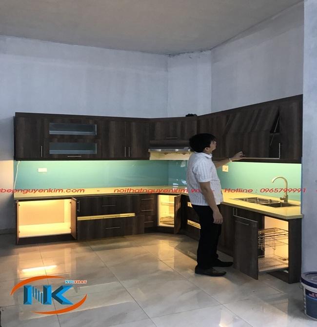 Tủ bếp laminate vân gỗ mã màu LK 4518A kiểu dáng chữ L nhà anh Ngọc,Thanh Trì, Hà Nội