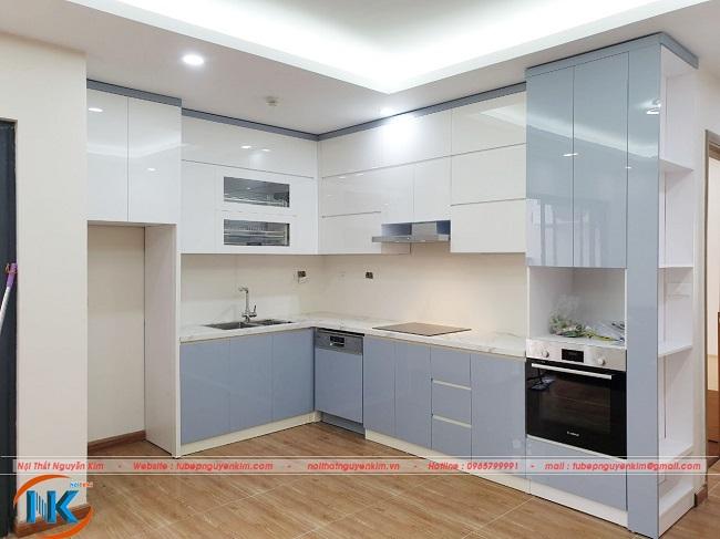 Bộ tủ bếp sau khi thi công xong và bàn giao cho gia đình cô Hoa với điểm nhấn màu trắng kết hợp màu xanh nhẹ nhàng