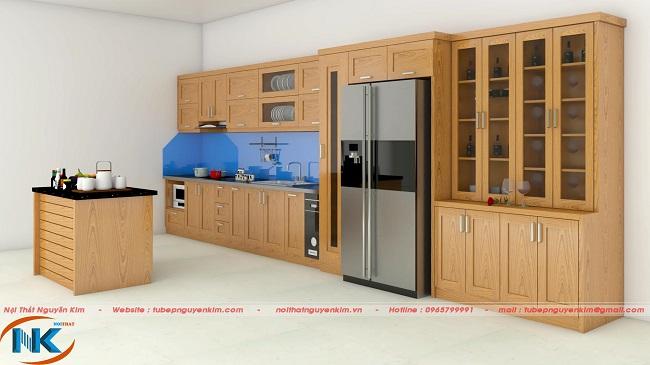 Bộ tủ bếp chữ I kết hợp bàn đảo thông minh tiện nghi, hiện đại. Bên cạnh là tủ rượu trang trí vô cùng sang trọng cho tổng thể không gian bếp