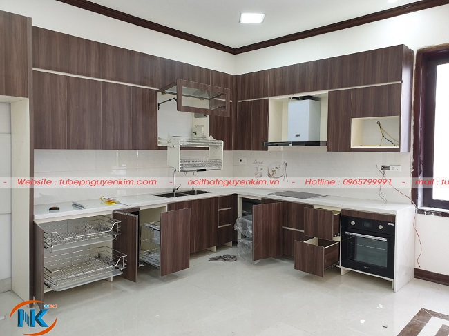 Bộ tủ bếp laminate nhà anh Thắng với đầy đủ thiết bị, phụ kiện nhập khẩu cao cấp