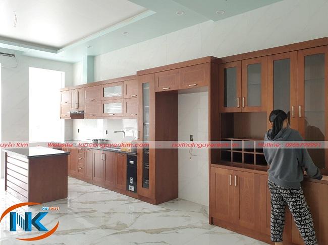 Chị Hòa bên căn bếp nhà mình sau khi Nguyễn Kim bàn giao